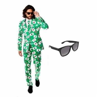 Heren kostuum met kaarten print maat 52 (xl) met gratis zonnebri