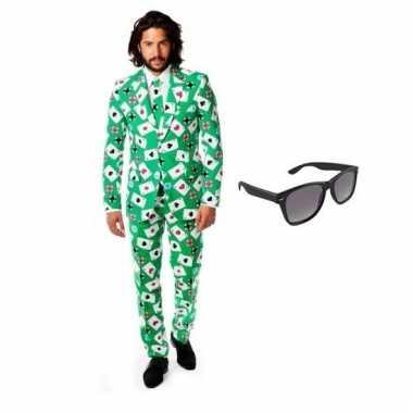 Heren kostuum met kaarten print maat 56 (3xl) met gratis zonnebr
