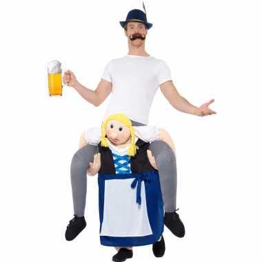 Oktoberfest verkleedkostuum man op bayerische vrouw